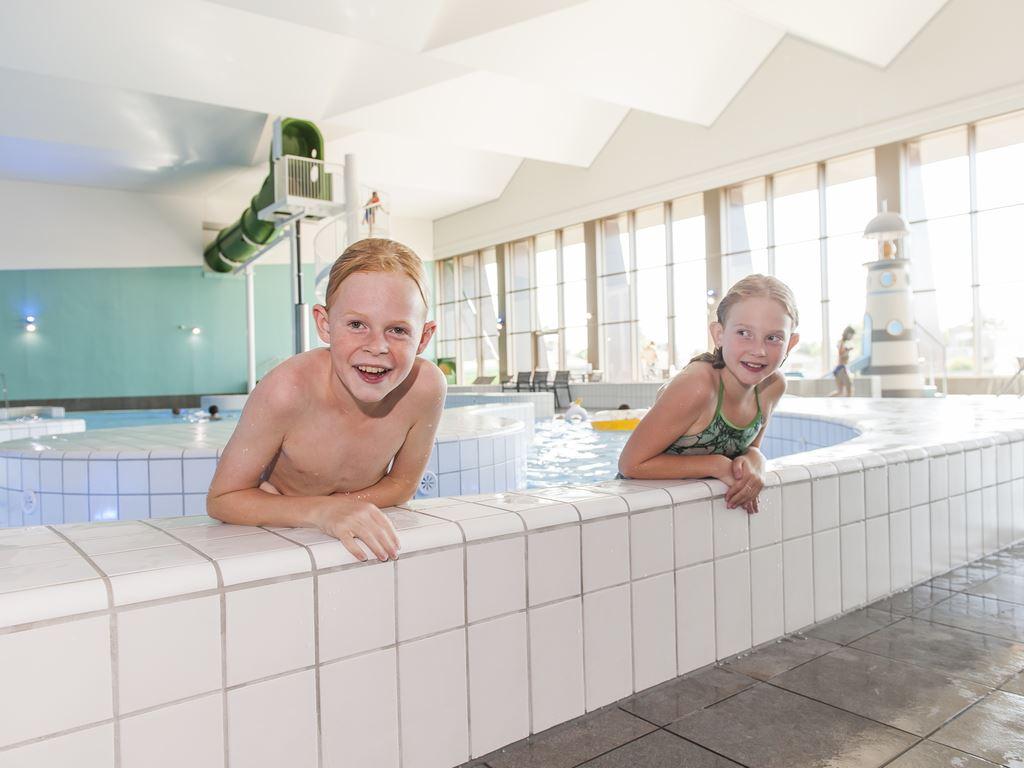 Zwemmen bij landal beach resort ooghduyne - Rond het zwembad ...